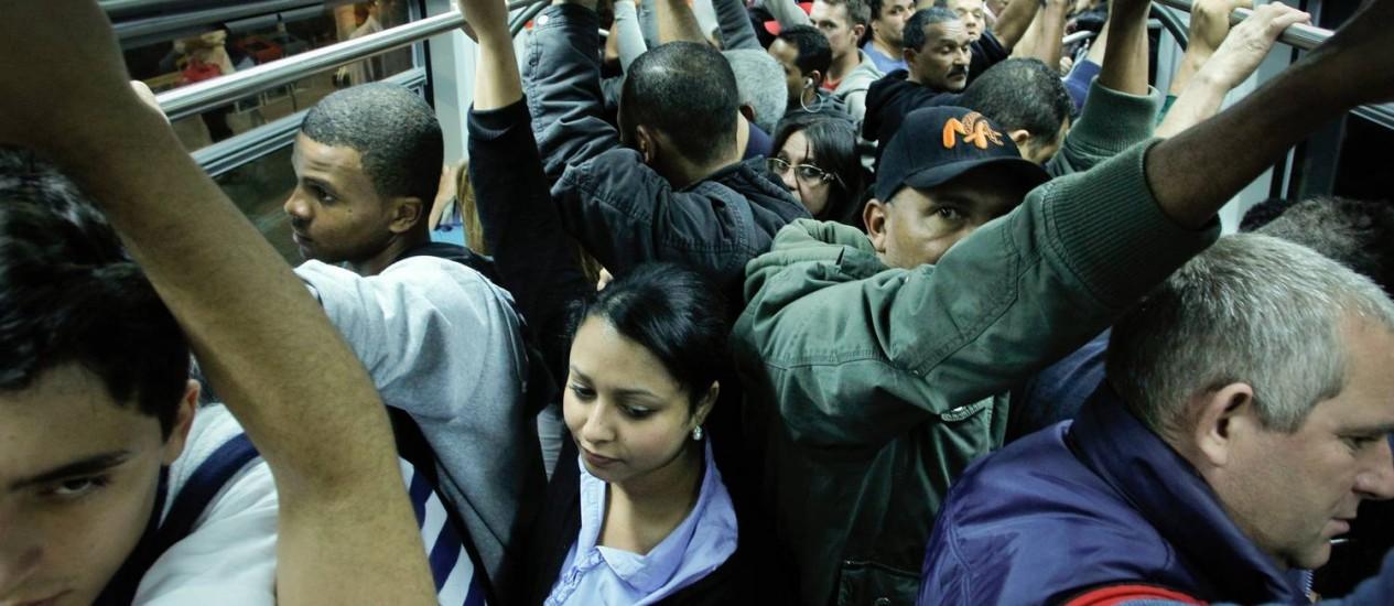 Em São Paulo, população enfrenta problemas no transporte público, enquanto empresas têm lucros astronômicos Foto: Marcos Alves / Globo/28-06-2013