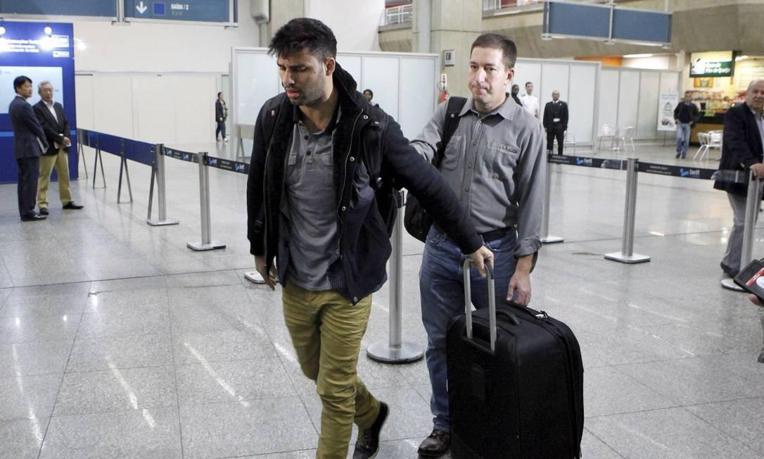 David Miranda, companheiro do jornalista Glenn Greenwald, chega ao aeroporto internacional do Rio Foto: Marcelo Piu / Agência O Globo