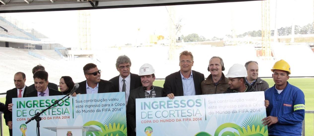 Operários da obra no Itaquerão recebem ingressos de cortesia para assistir a um jogo de Copa do Mundo no estádio Foto: Eliaria Andrade / Agência O Globo