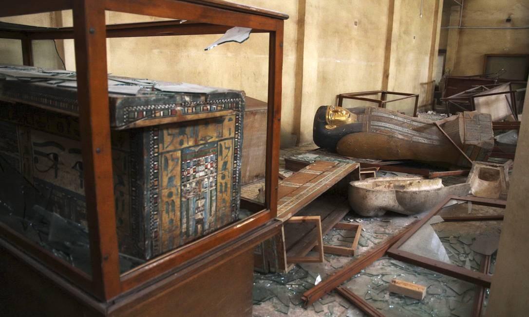 Objetos históricos foram quebrados e saqueados no Museu Malawi na semana passada. Os saqueadores queimaram múmias e quebraram estátuas de calcário que não podiam carregar Foto: Roger Anis / AP