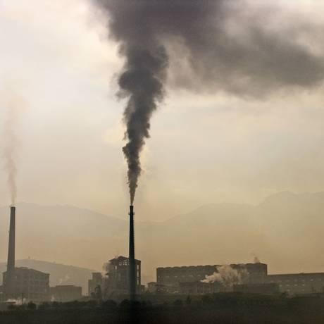 Fábrica chinesa emite carbono na atmosfera; rascunho de relatório sobre clima aumenta certeza de ação humana sobre aquecimento global Foto: Agência O Globo