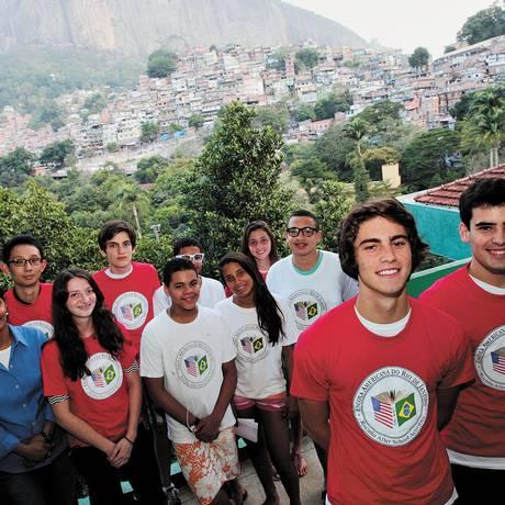 Troca. Professora (de azul) e estudantes da Escola Americana (de vermelho) com alunos da Rocinha (de branco Foto: Freelancer / Pedro Teixeira