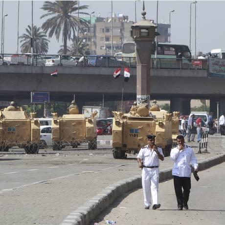Tanques tomam as ruas perto da Praça Tahrir Foto: MOHAMED ABD EL GHANY / REUTERS