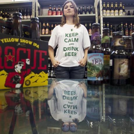 Duda Simonsen, sócia do site de cervejas artesanais Beershop, reajustou o preço da bebida em até 15% Foto: Márcia Foletto / Agência O Globo