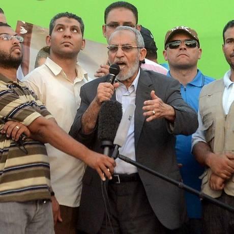 O líder da Irmandade Muçulmana, Mohamed Badie, em foto de julho de 2013 em um comício no Cairo Foto: AP