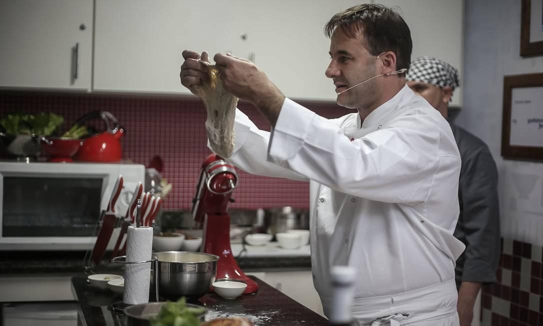 O chef Frédéric Monnier ensinou a preparar o verdadeiro pão francês no Caminhão Cozinha Show, na Praça do Lido Foto: Marco Sobral/O Globo
