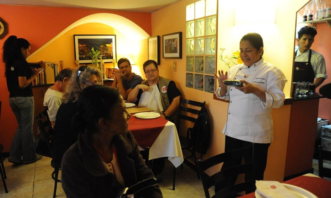 Chef e proprietária do Intihuasi, Margarita Isabel mostra o milho roxo usado na bebida chicha morada Adriana Lorete/O Globo