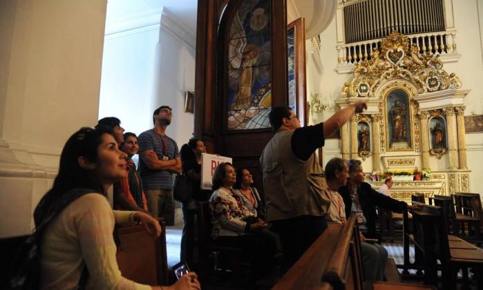 Grupo guiado pelo professor Milton Teixeira na Igreja Matriz Nossa Senhora da Glória, no Largo do Machado Adriana Lorete/O Globo