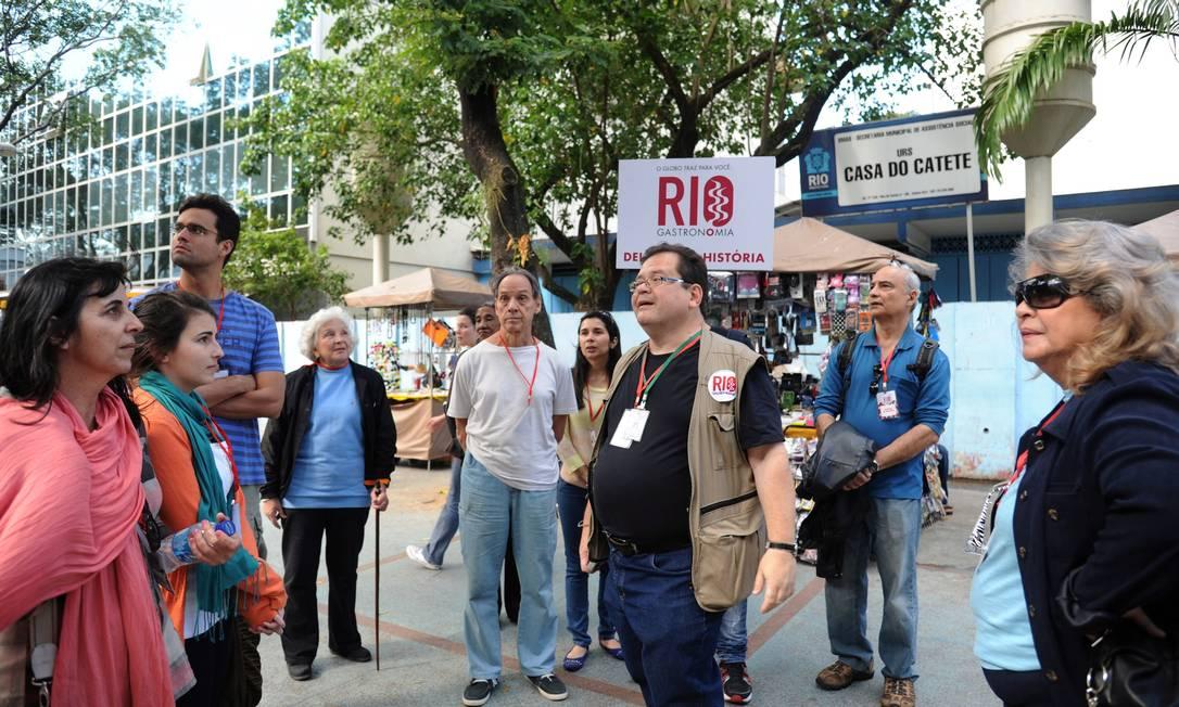 Durante o passeio guiado pelo historiador Milton Teixeira no Catete Adriana Lorete/O Globo