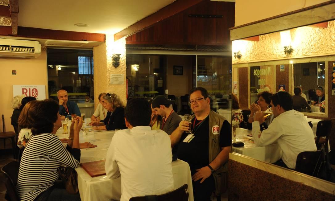 Milton Teixeira conta histórias do Lamas Café para o grupo Adriana Lorete/O Globo