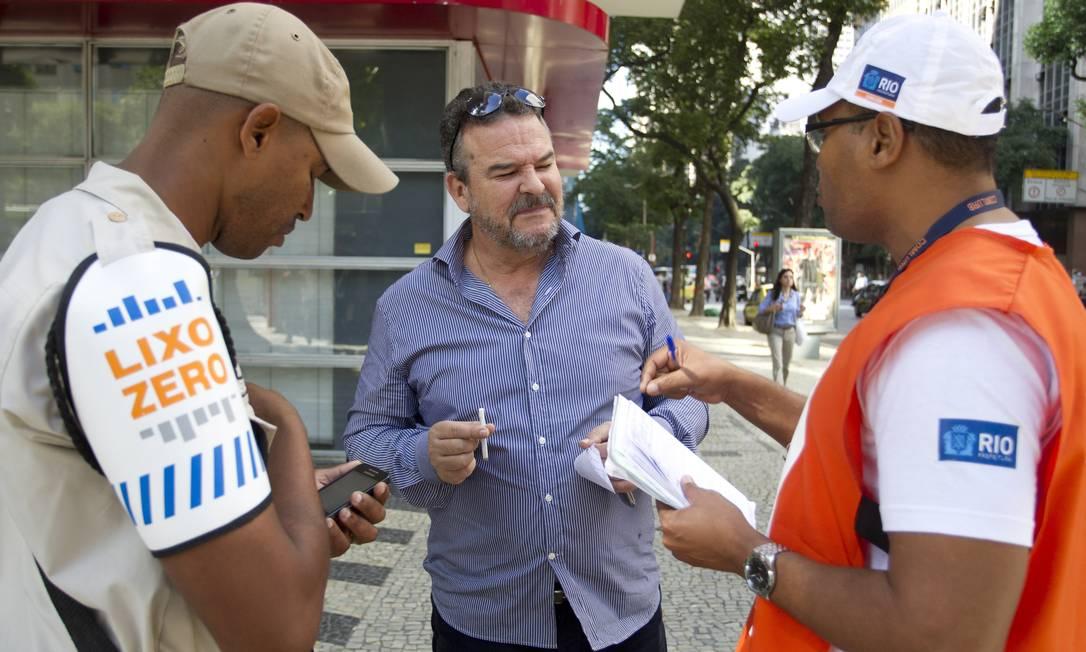 Comerciante é multado porque jogou um palito de fósforo no chão, na Avenida Rio Branco Foto: Márcia Foletto / Agência O Globo