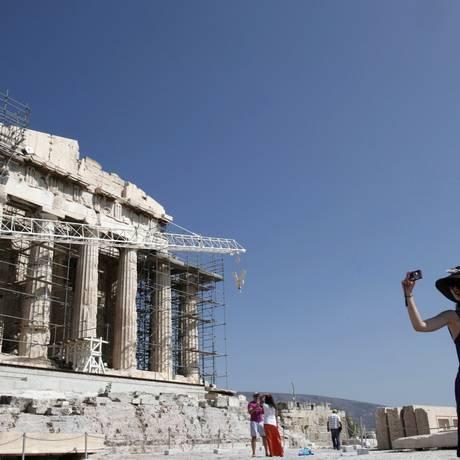 Turistas fotografa em frente ao Parthenon da Acrópole de Atenas. Foto: JOHN KOLESIDIS / REUTERS