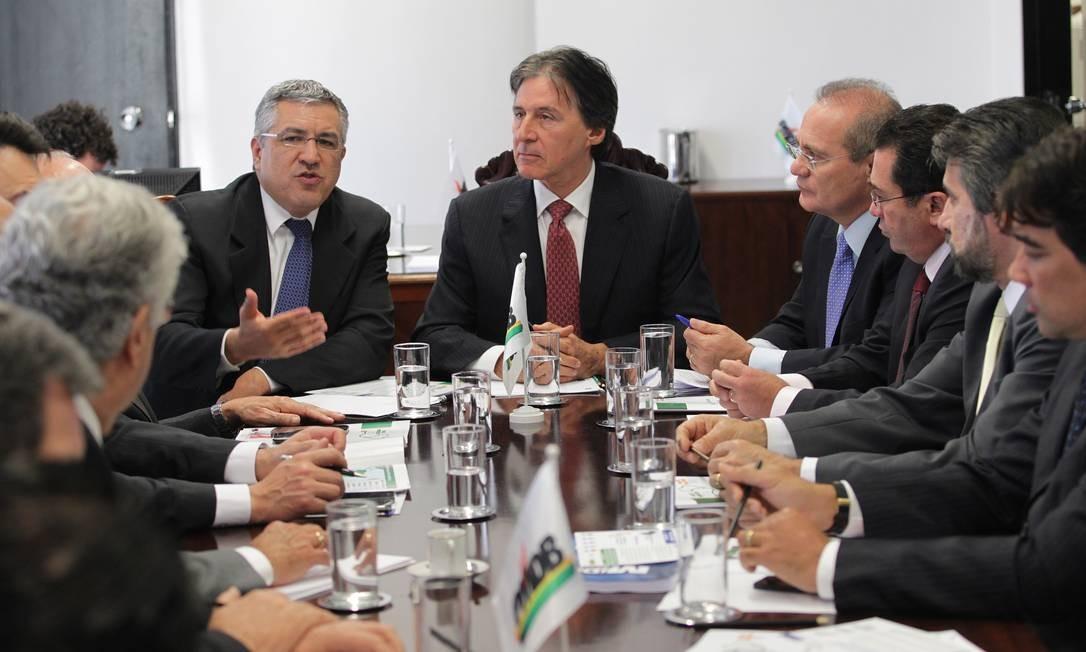 O Ministro da Saúde, Alexandre Padilha, fala a senadores do PMDB durante reunião para discutir o Programa Mais Médicos - Foto: ailton de Freitas / Agência O Globo