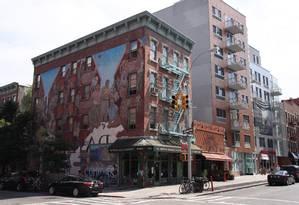 Pintura mural de Manny Vega na lateral de um prédio na Lexington Avenue. Foto: Eduardo Maia / O Globo