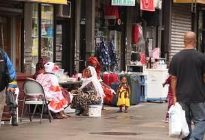 Mulheres com roupas africanas na Malcolm X Boulevard, no Harlem Foto: Eduardo Maia / O Globo