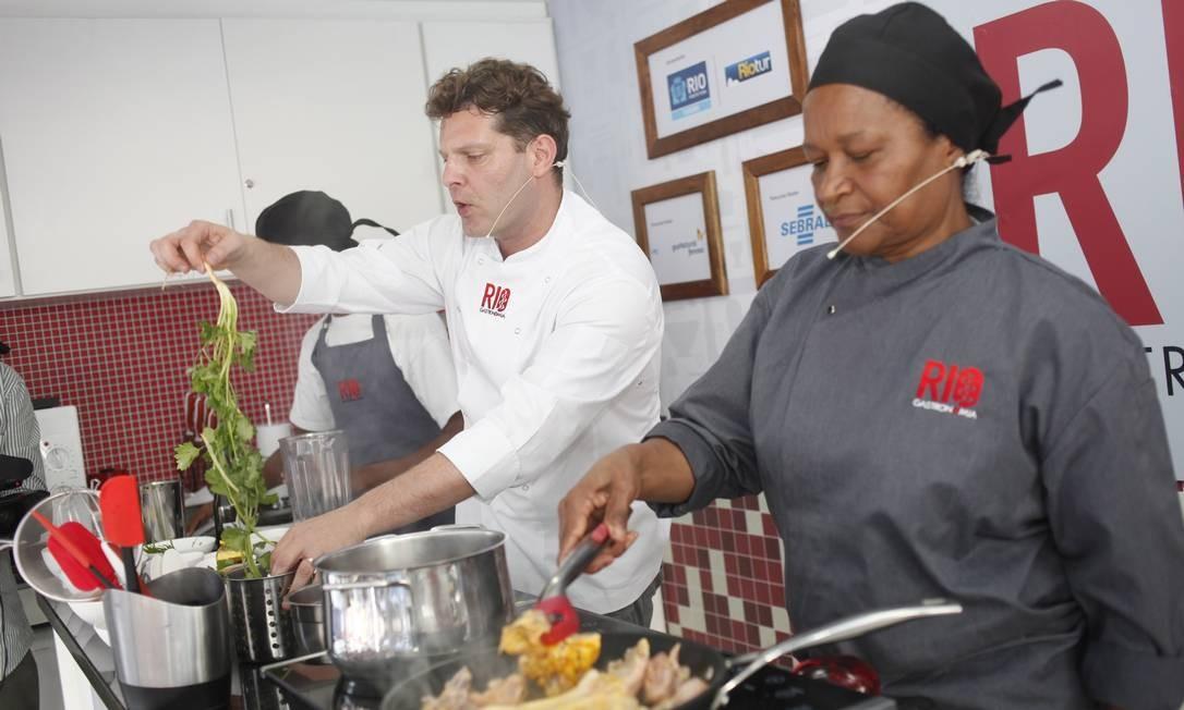 O chef David Hertz preparou xinxin de galinha no Caminhão Cozinha Show no Largo da Carioca Foto: Terceiro / Guillermo Giansanti/O Globo