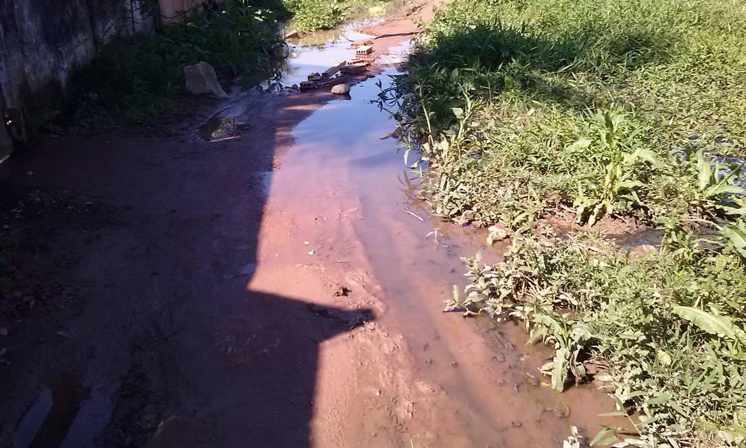 Mesmo com sol, Rua Mozolândia continua com poças de água suja - Foto: Foto do leitor Fabiano Cardoso / Eu-Repórter