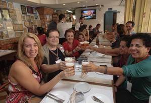 Saúde geral: o grupo, em um dos muitos brindes da tarde de quinta-feira; este aí foi no Petisco da Vila Foto: Marco Sobral/O Globo