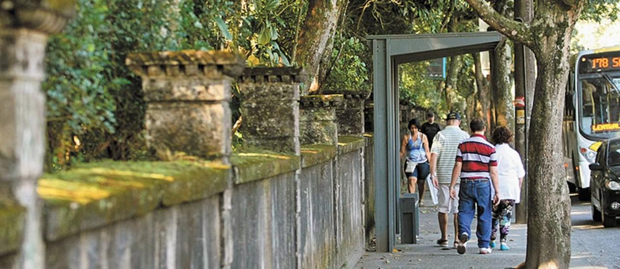 A Rua Jardim Botânico, no trecho do Parque Lage, é alvo de queixas Foto: Eduardo Naddar / O Globo