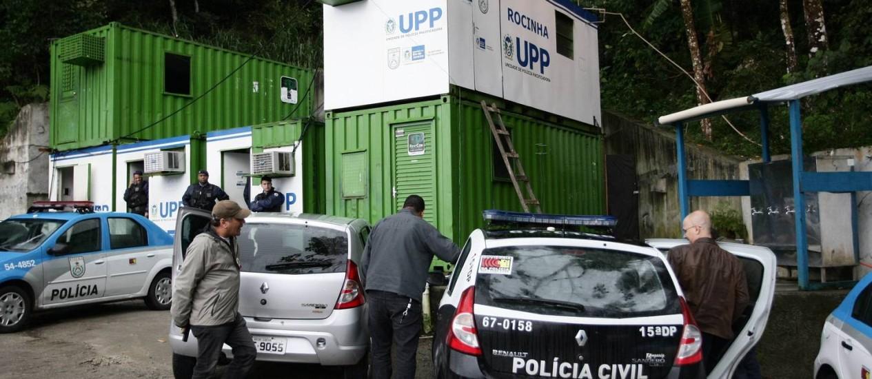 No início de agosto, policiais da 15ª DP fizeram perícia na UPP da Rocinha, para investigar desaparecimento de Amarildo Foto: Thiago Lontra/Arquivo / O Globo
