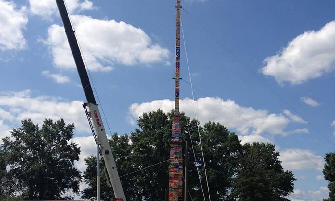A torre de Lego erguida em Red Clay, Delaware, EUA Foto: Reprodução do Facebook