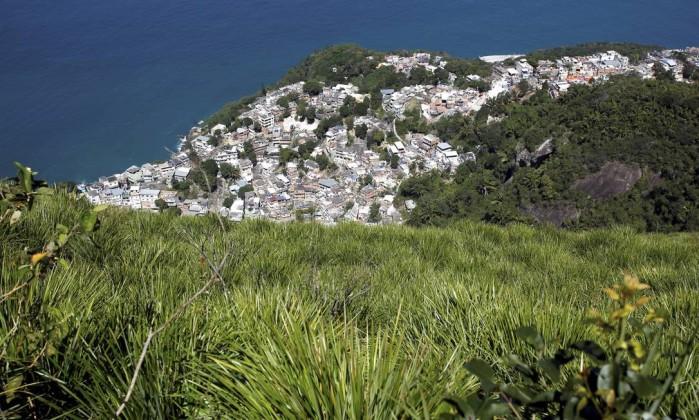 O Morro do Vidigal, que ganhou uma UPP em janeiro de 2012, visto da trilha Custódio Coimbra / Agência O Globo