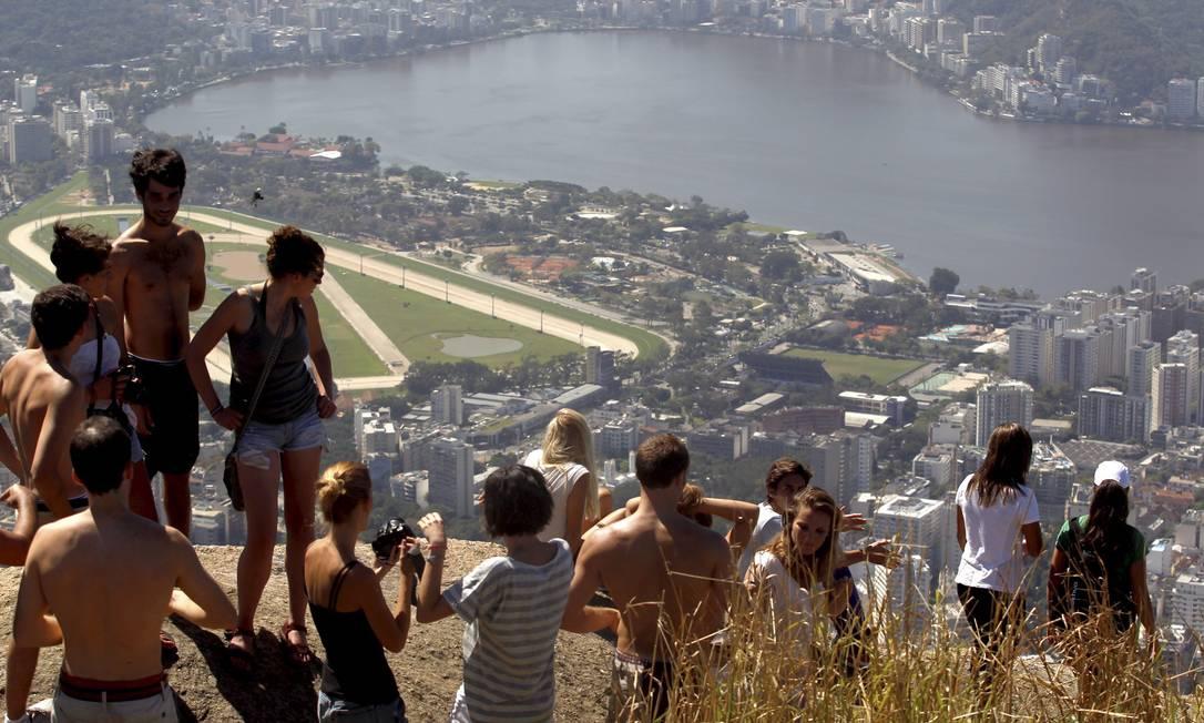Turistas americanos e espanhóis se concentram no pico do irmão maior Custódio Coimbra / Agência O Globo