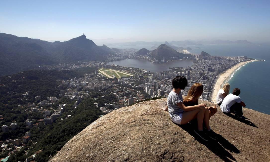 Turistas espanholas se encantam com o belo visual: área, durante muito tempo, foi rota de fuga de traficantes Custódio Coimbra / Agência O Globo
