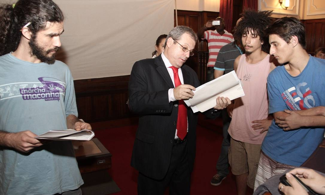 Oficial de Justiça lê ordem para reintegração de posse da Câmara de Niterói na sexta-feira, 23/08/2013 Foto: Divulgação