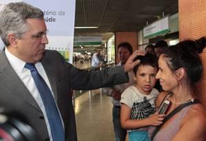 Ministro da Saúde Alexandre Padilha recebe os primeiros médicos convocados pelo programa Mais Médicos Foto: André Coelho / O Globo
