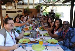Grupo guiado por Milton Teixeira brinda no restaurante Tia Palmira durante o Delícias de História Foto: Adriana Lorete/O Globo
