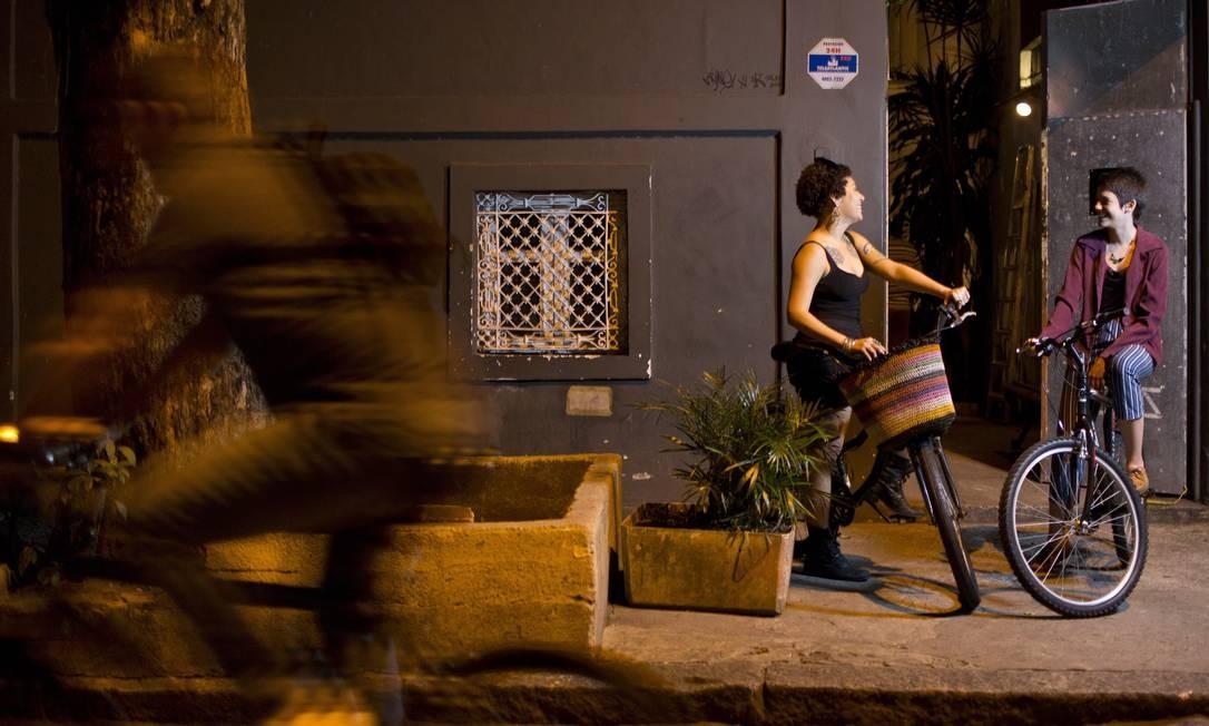 Camila de Alexandre e Melissa Daher, na Comuna, em Botafogo: sem medo, mesmo na madrugada Paula Giolito / Agência O Globo
