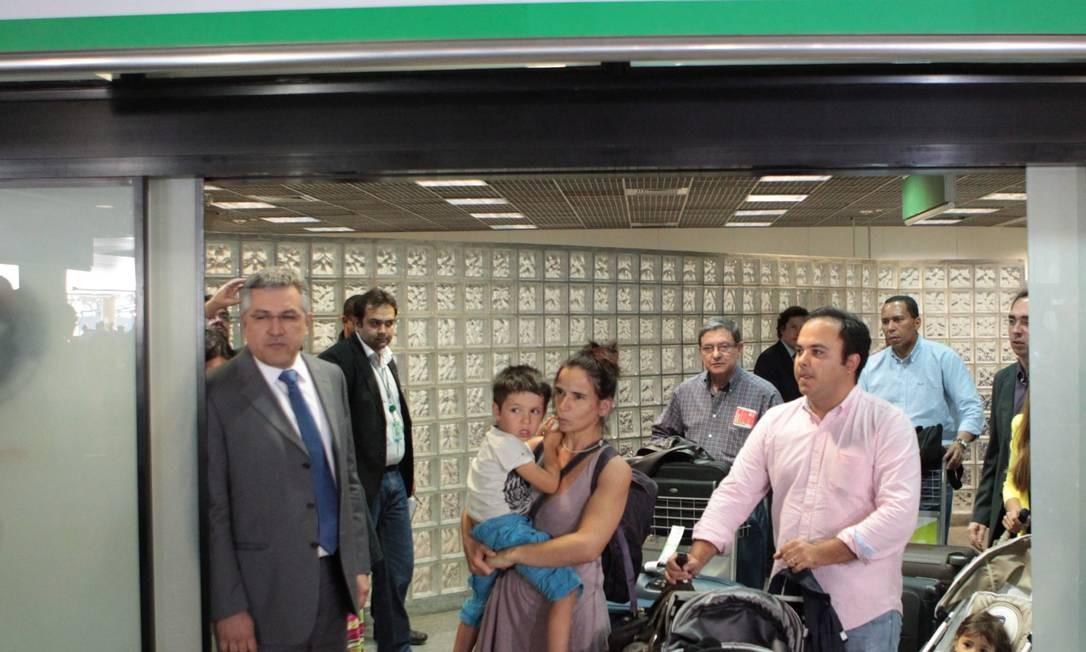 Ministro da Saúde Alexandre Padilha recebe a médica espanhola Sônia Gonzales e o filho em Brasília Foto: O Globo / Andre Coelho