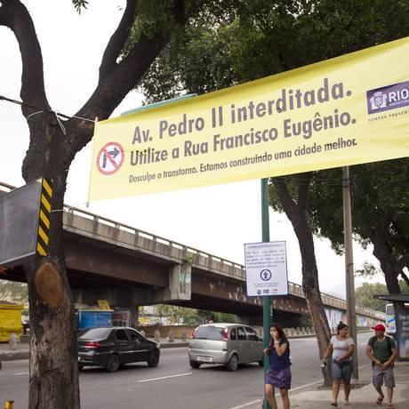 Placa avisa do fechamento da Avenida Pedro II, na Zona Portuária Foto: Márcia Foletto / Agência O Globo