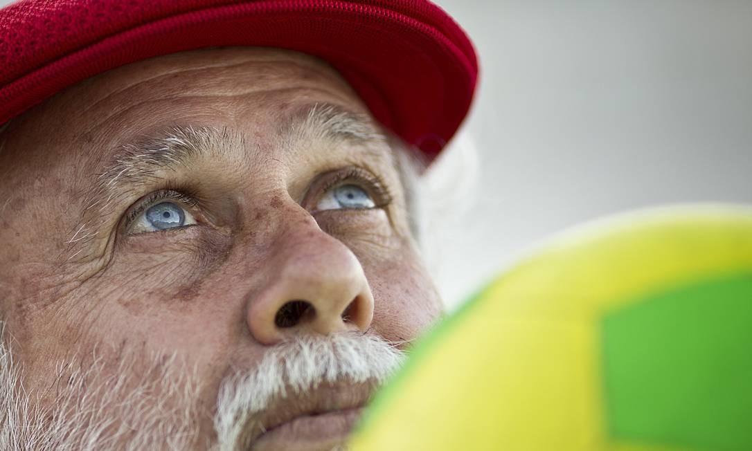 Olhos de menino. Em Copacabana, na última terça-feira, Afonso Celso Garcia, o Afonsinho, 66 anos, posa para fotos com uma das bolas de sua coleção.: no semblante, a mesma expressão juvenil, triste e esperançosa do passado Foto: Márcia Foletto / MARCIA FOLETTO