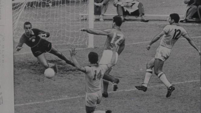Gilmar no gol na semifinal entre Brasil e França na Copa de 1958 Foto: Arquivo O Globo