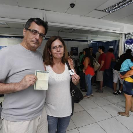 Sem sucesso. O casal Maria Rita Fernandes e Miguel Bechara teve o carro rebocado e, mesmo com a documentação do veículo, não conseguiu tirá-lo do depósito do Detran Foto: Daniela Dacorso