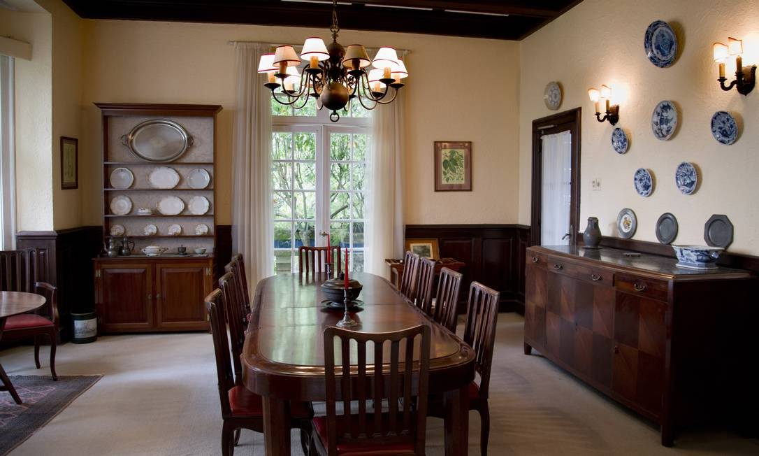 Sala de jantar de um dos dúplex conserva peças originais de quando a família Carlier se mudou para lá, nos anos 40 Foto: Simone Marinho/Agência O Globo