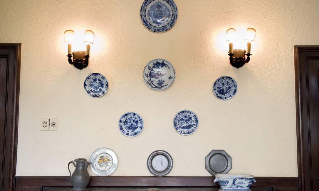 Pratos na família há mais de 200 anos decoram a parede da sala de jantar Foto: Simone Marinho/Agência O Globo
