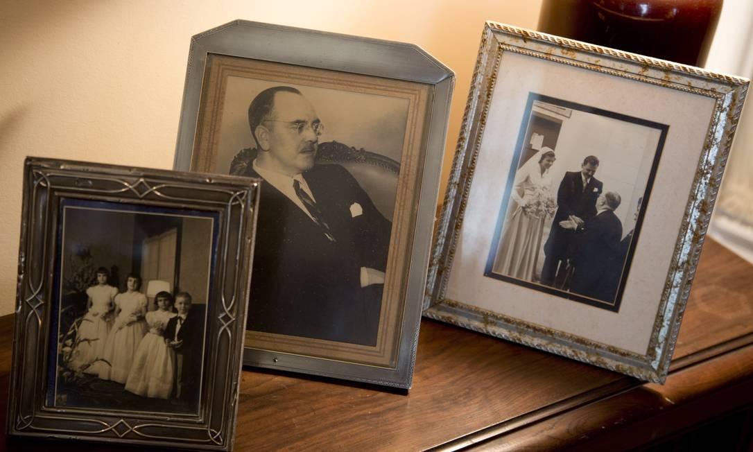 Foto do patriarca Daniel Carlier ao centro, os filhos à esquerda e o casamento de sua filha, Danielle, à direita Foto: Simone Marinho/Agência O Globo