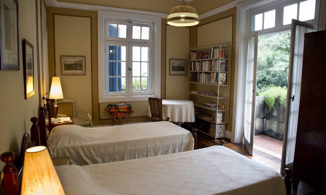"""Um dos muitos quartos da casa foi usado nas gravações do filme """"Vendo ou alugo"""" e também recebe hóspedes Foto: Simone Marinho/Agência O Globo"""