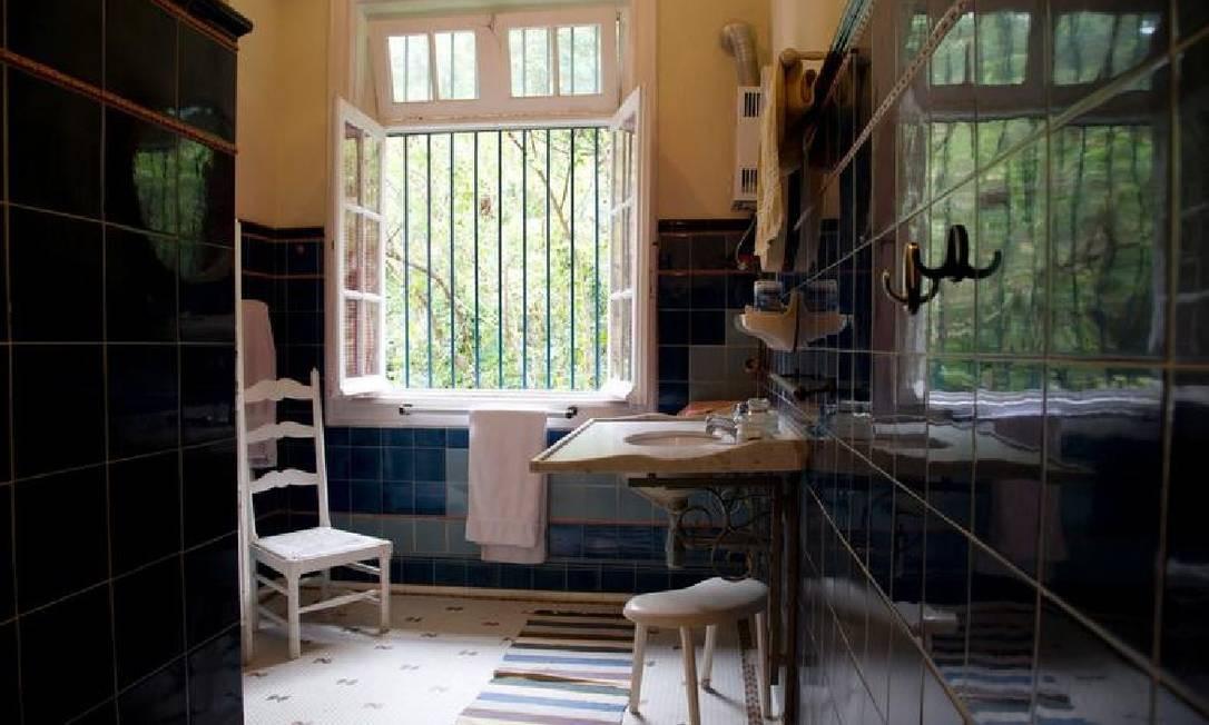 Vista de dentro do chuveiro de um dos banheiros da casa Foto: Simone Marinho/Agência O Globo