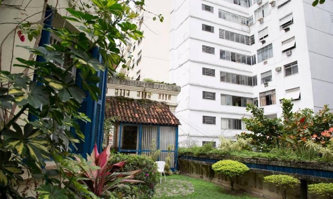 Jardim da casa ladeado por prédios e que já foi cenário na minissérie Maísa Foto: Simone Marinho/Agência O Globo