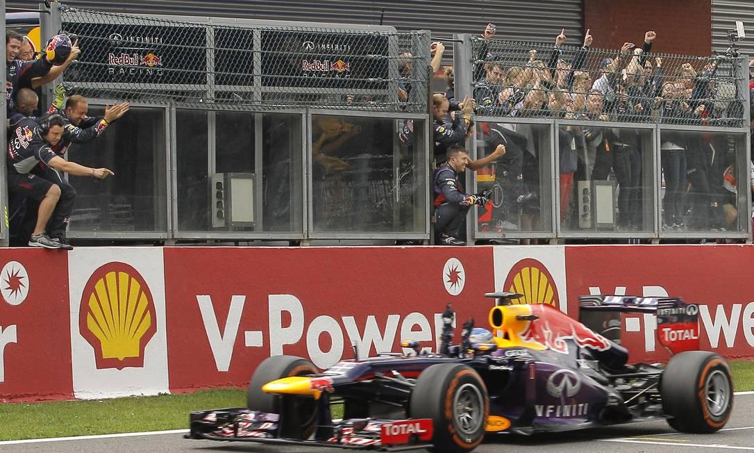 Sebastian Vettel cruza a linha de chegada para festa da equipe RBR na mureta Yves Logghe / AP