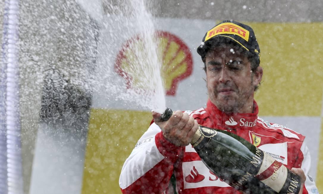 Poucos amigos: segundo colocado, Alonso subiu ao pódio de cara fechado e não escondeu a decepção por não conseguir acompanhar o ritmo de Vettel Luca Bruno / AP