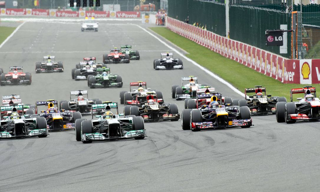 Pole position, Lewis Hamilton (ao centro) manteve a primeira colocação na largada, mas ficou apenas algumas curvas à frente de Vettel Tom Gandolfini / AFP