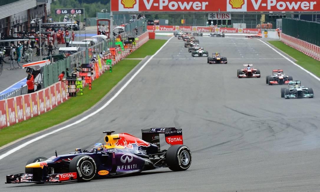 O alemão da RBR assumiu a liderança na primeira volta e logo abriu vantagem sobre os adversários Tom Gandolfini / AFP