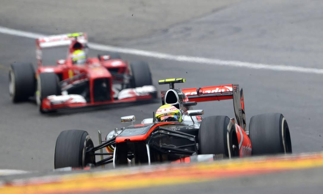 Felipe Massa conduz sua Ferrari atrás da McLaren de Sérgio Perez. Brasileiro fez uma corrida discreta e terminou em sétimo JOHN THYS / AFP