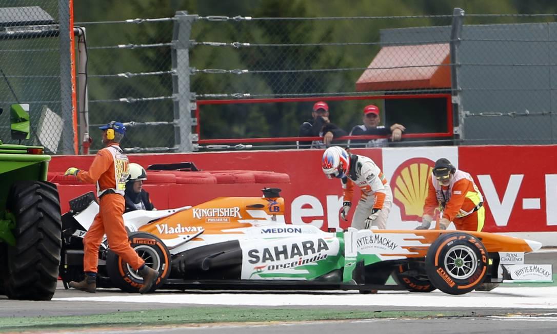 No único acidente da prova, o escocês Paul di Resta, da Force India, teve de deixar a pista após seu carro ser atingido pela Willians de Pastor Maldonado FRANCOIS LENOIR / REUTERS