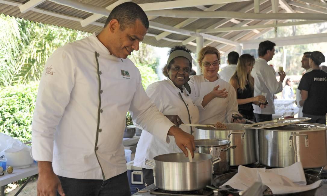 Os chefs Jan Santos e Ana Ribeiro pilotaram os fogões Adriana Lorete/O Globo